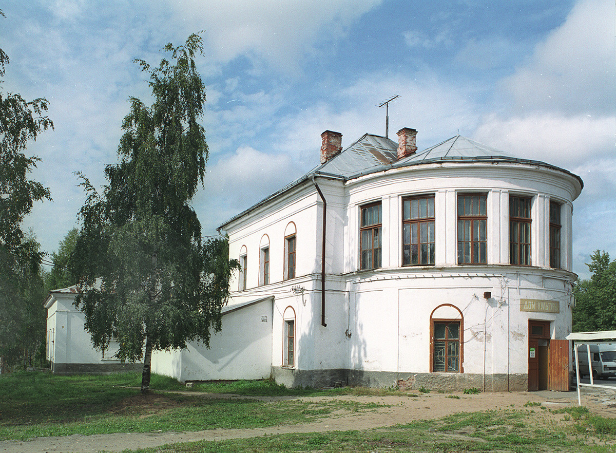 House of Culture (modified from former Resurrection Cathedral), Lenin Prospect 5a. Southeast view with semicircular apse that contained main altar. August 28, 2006
