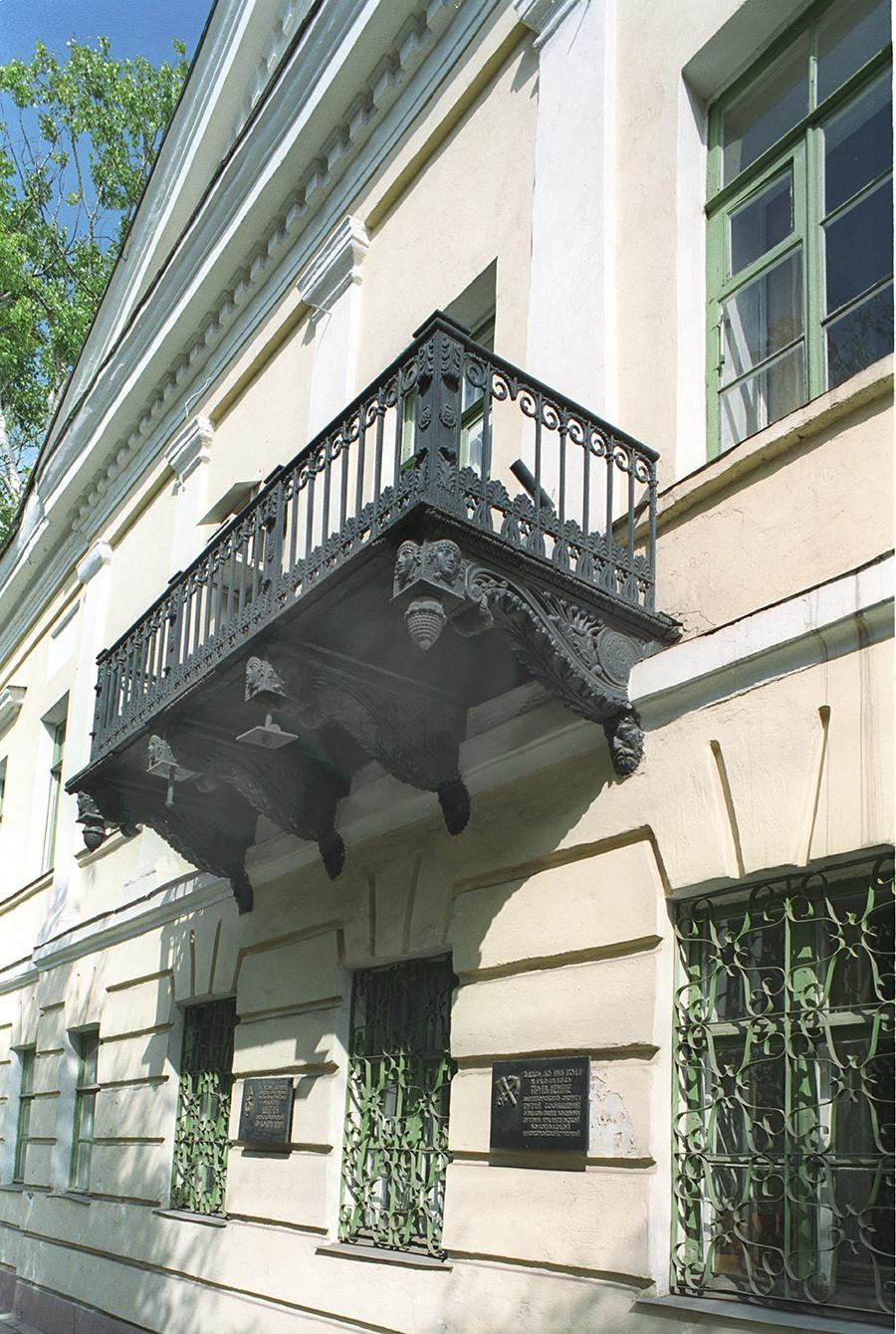 Galashevsky mansion, cast iron balcony. August 28, 2006