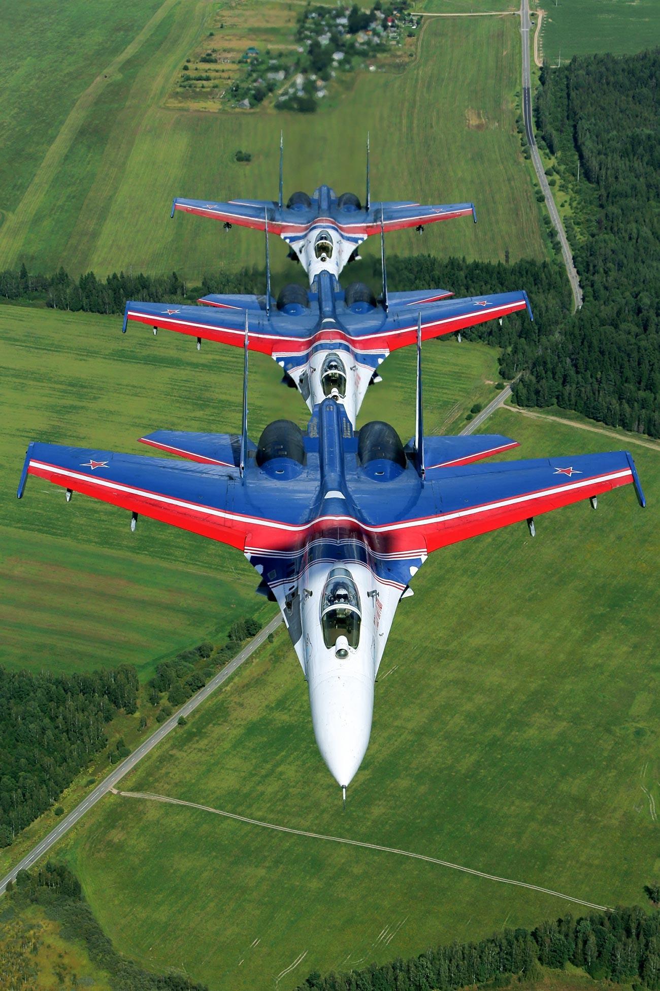 """Ловци Су-27 пилотске групе за акробатске летове """"Руски витезови""""."""