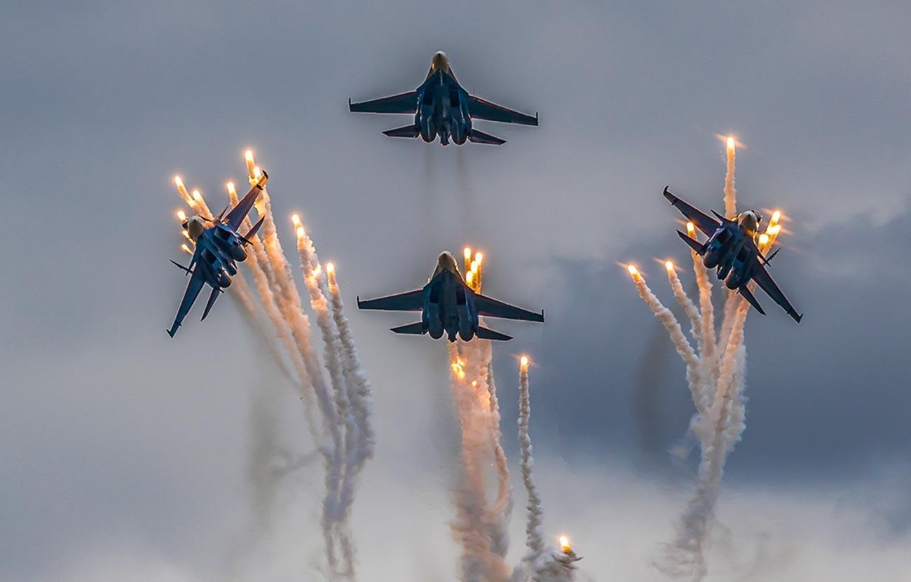 """Акробатска фигура """"тулипан"""" са ватрометом од топлотних мамаца у извођењу екипе """"Руски витезови""""."""