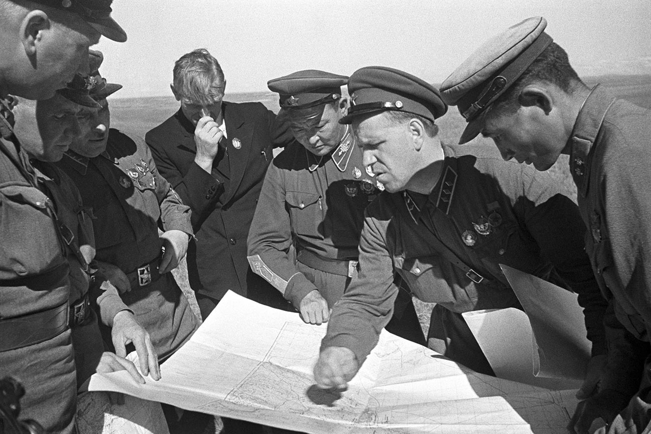 Командующий 1-й армейской группой комкор Георгий Константинович Жуков (2 справа) и главком монгольской армии маршал Хорлогийн Чойбалсан (3 справа) обсуждают предстоящую операцию во время боев на Халхин-Голе.