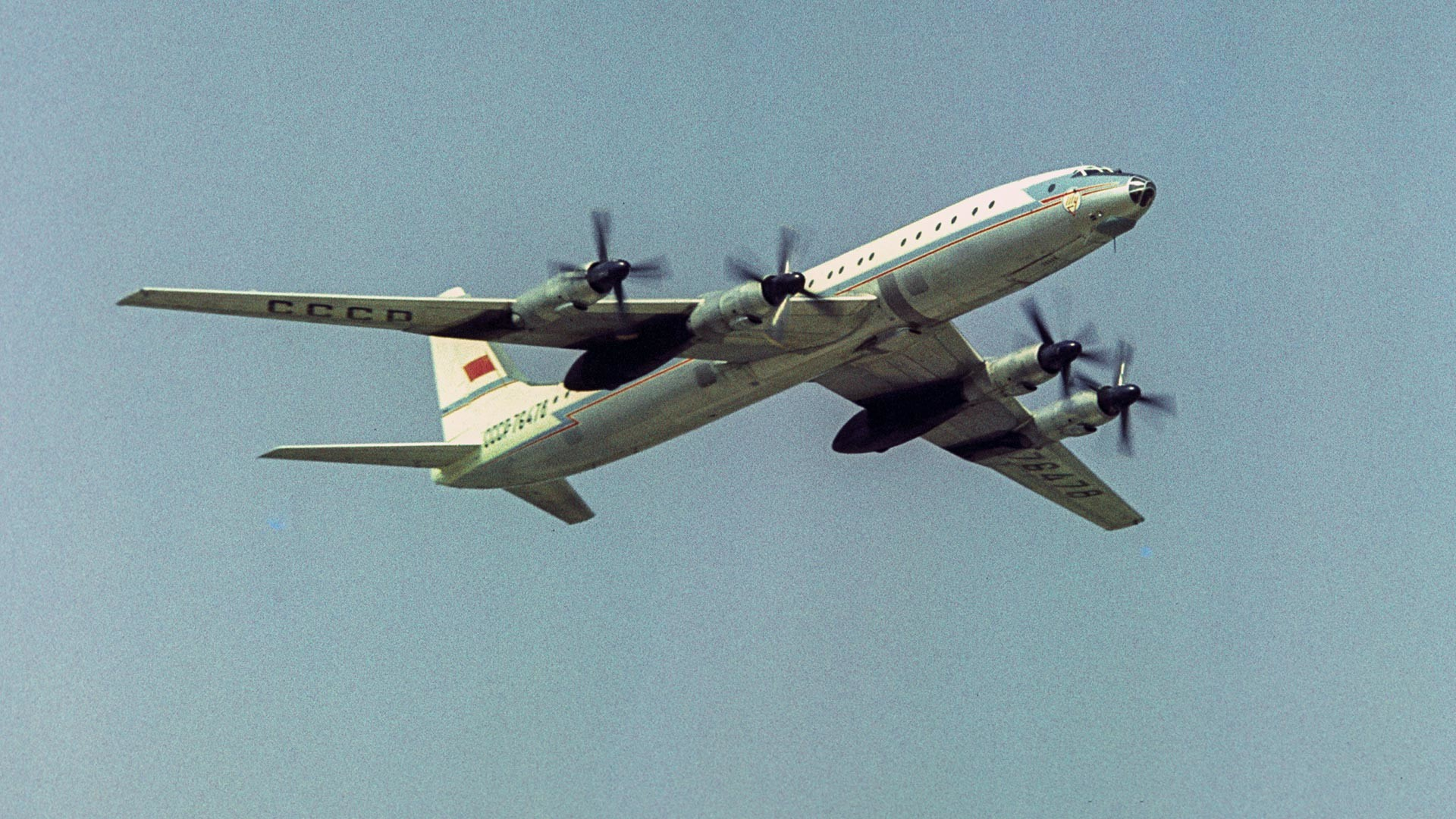 Tu-114 nad letališčem Domodedovo v Moskvi med letalskim praznikom ob 50. obletnici oktobrske revolucije