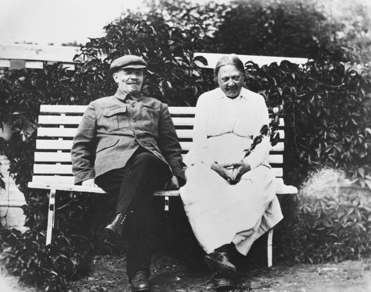 Vladimir Lenin dan istrinya di perdesaan.