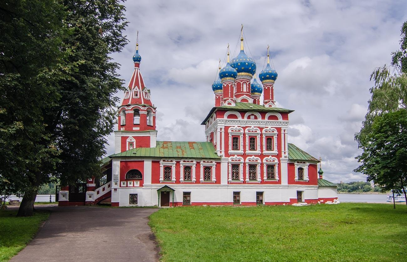 Gereja Santo Demetrius Berlumur Darah di Uglich (abad ke-17) menandai tempat Dmitry dibunuh.