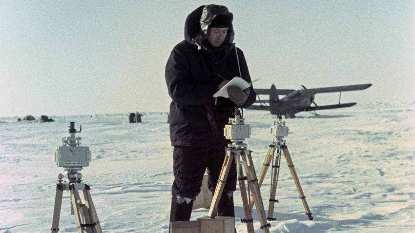 Explorador polar soviético en la estación del Polo Norte-8.