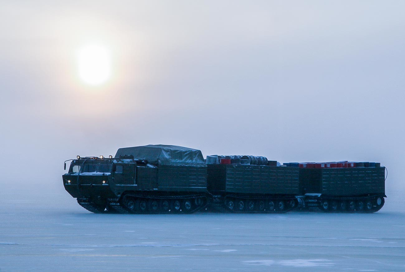 Kendaraan pengangkut khusus melintas di atas es selama latihan pengujian senjata di Kutub Utara.