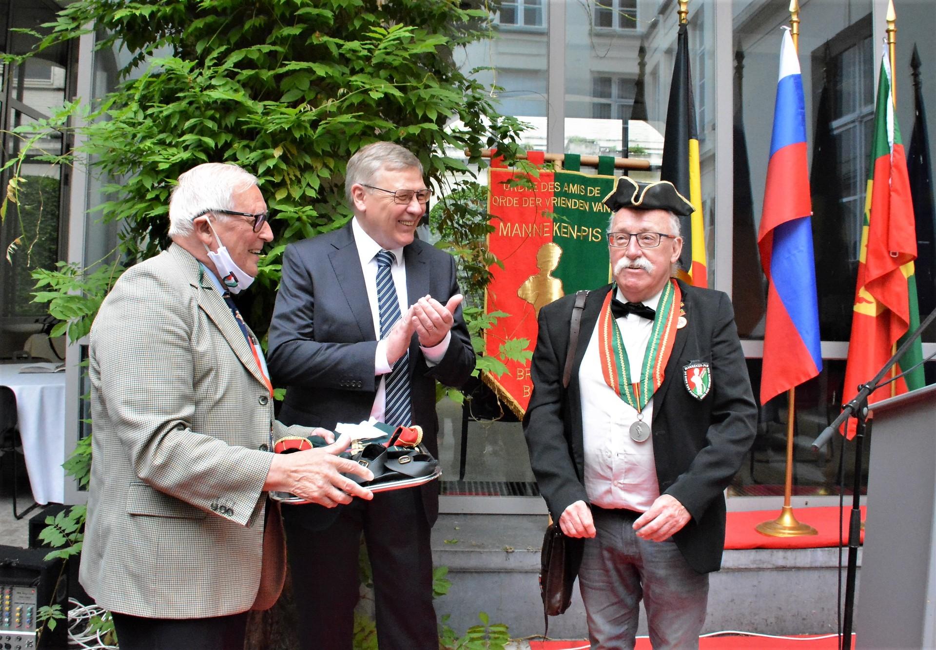 Remise de la tenue par son excellence monsieur l'ambassadeur de Russie en Belgique Alexander Tokovinin (au centre sur la photo)