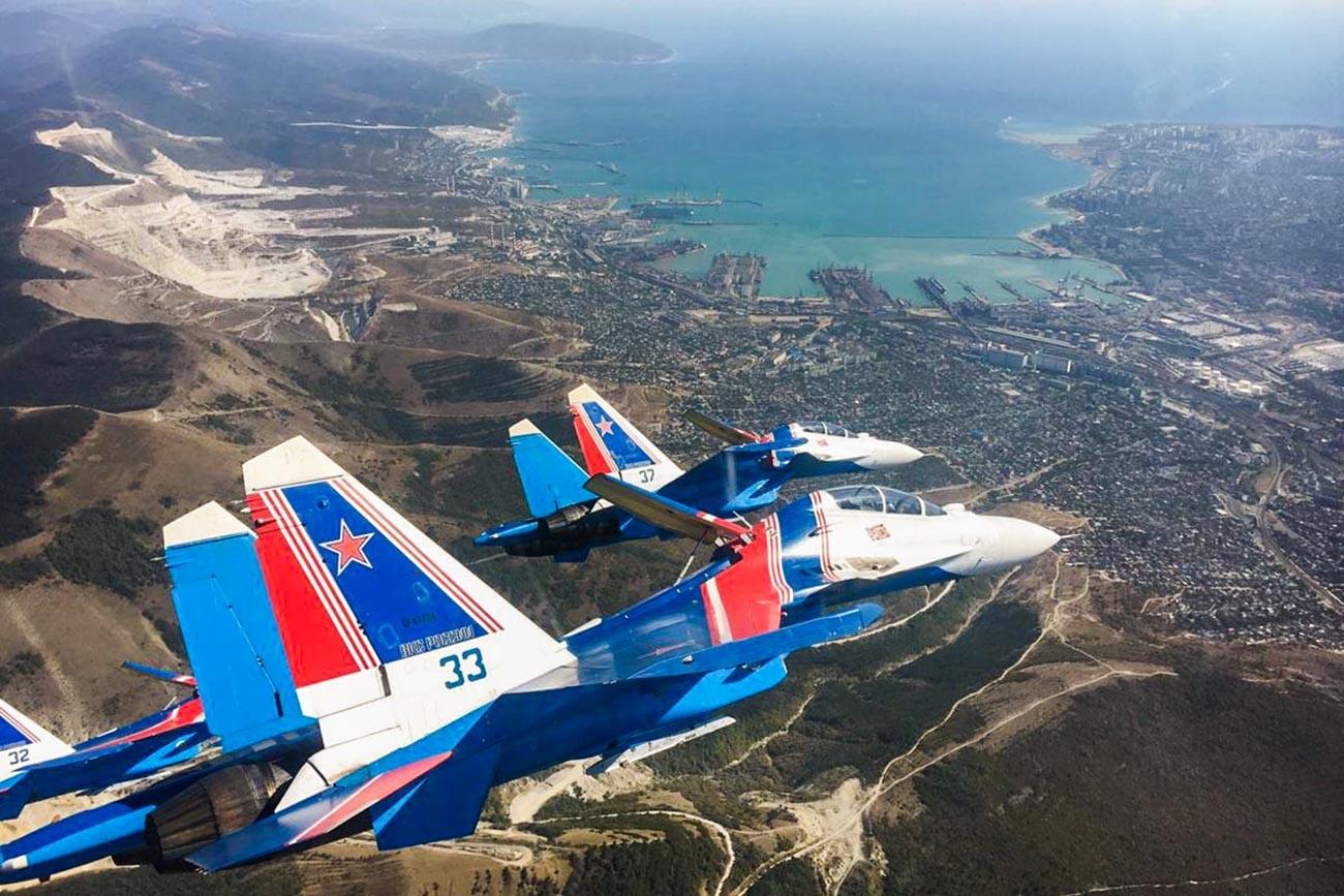 Ekipa Ruskih vitezov med pripravami na nastop na letalskem sejmu nad Novorossijskom