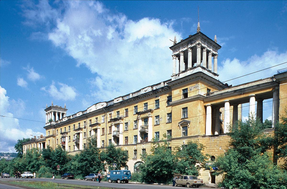 Pie de foto: Zlatoúst. Edificio de apartamentos (posguerra), calle Karl Marx nº 4. 16 de julio de 2003.