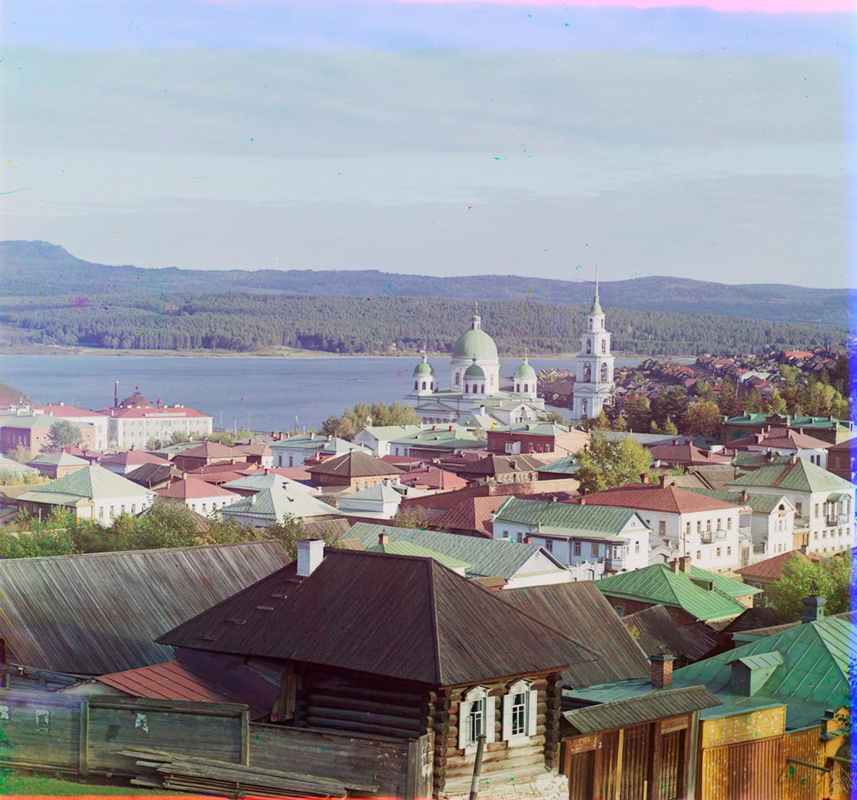Zlatoúst. Vista desde el Observatorio hacia el sureste con la Catedral de la Trinidad y el estanque de la ciudad en el río Ai. 1909.