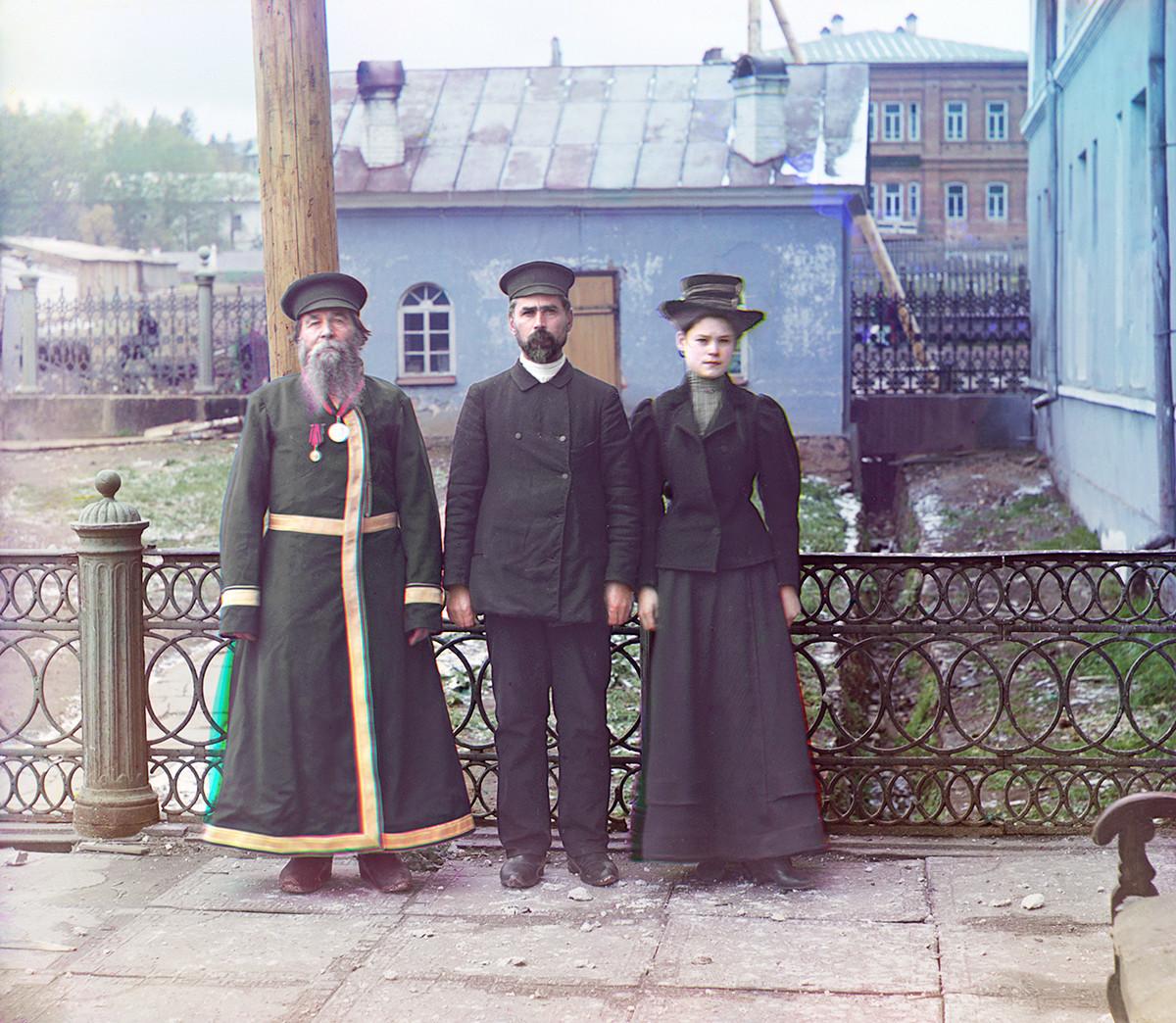"""""""Tres generaciones"""". A. P. Kalgánov con su hijo y su nieta en la fábrica de armamento. 1909."""