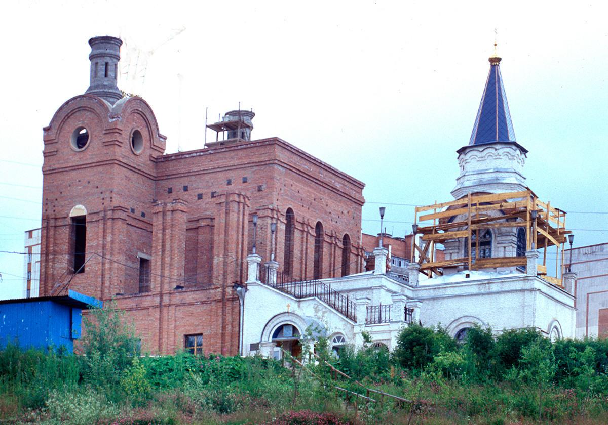 Iglesia de la Intercesión de la Virgen (derecha), vista sureste. Construida en 2001-03 como bautisterio para la Catedral de San Serafín de Sarov (en construcción a la izquierda). 16 de julio de 2003.