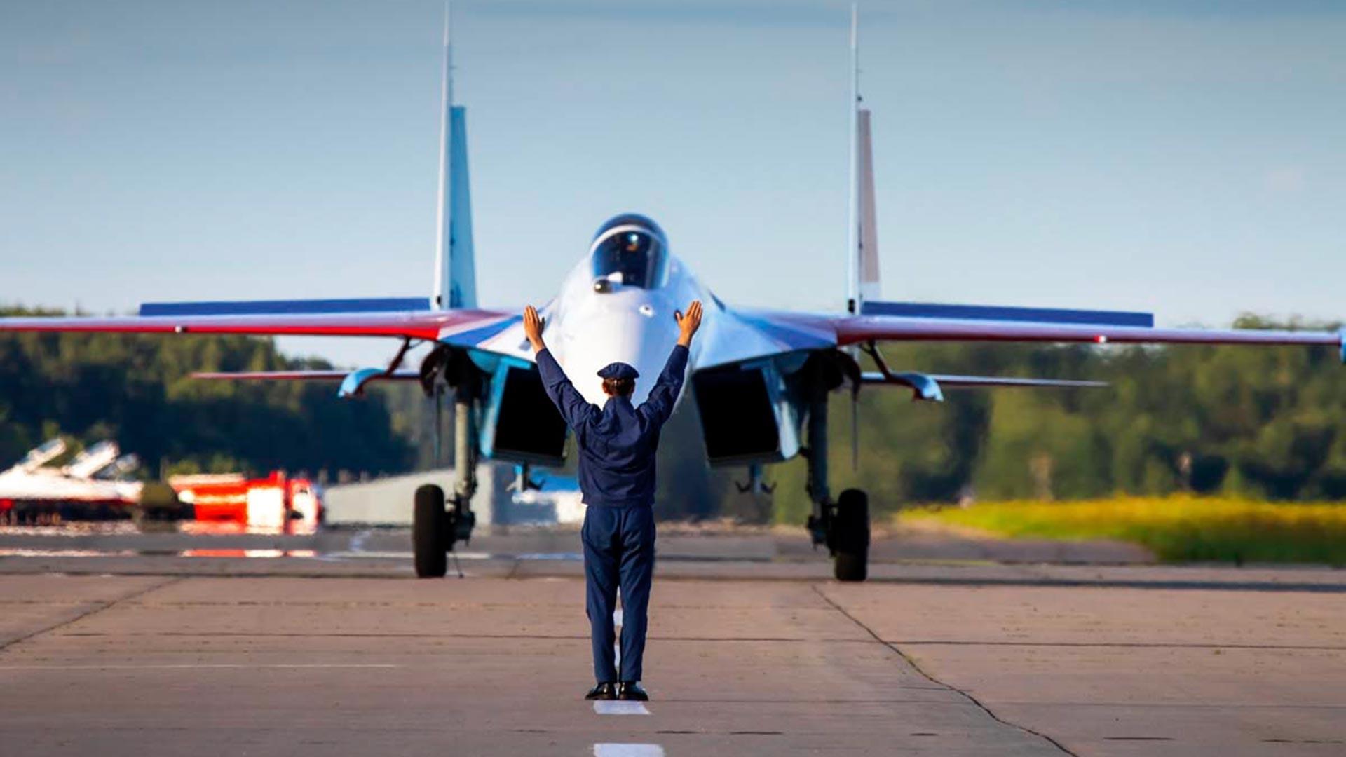 Quatro dos mais recentes caças multifuncionais Su-35S foram adotados pelos acrobatas da Cavaleiros Russos
