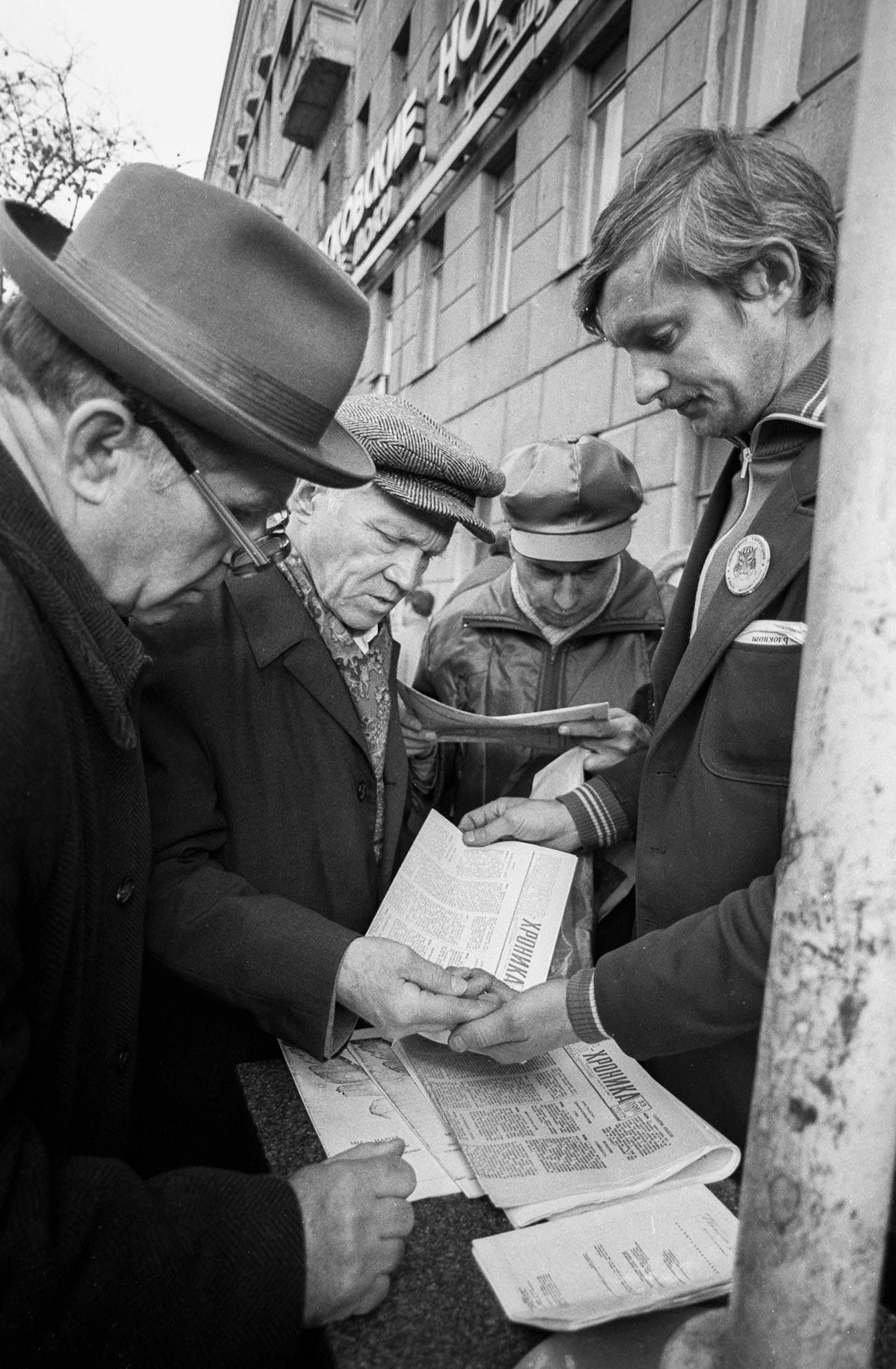 Москвичи покупают самиздательскую прессу.