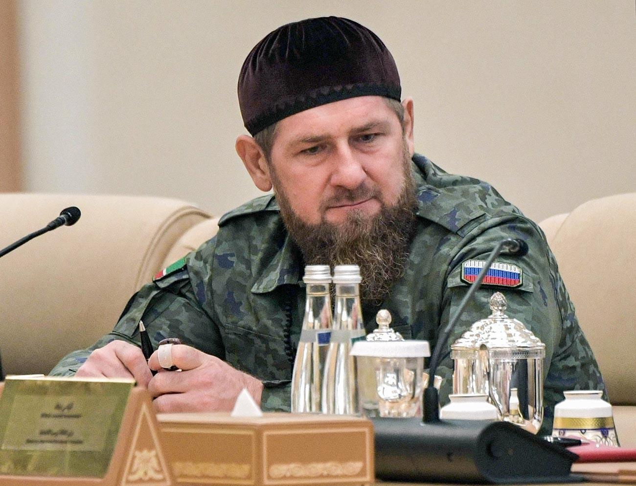 Chef der tschetschenischen Republik Ramzan Kadyrow bei einem Treffen zwischen dem russischen Präsidenten Wladimir Putin und dem Kronprinzen von Abu Dhabi, dem stellvertretenden Oberbefehlshaber der Streitkräfte der Vereinigten Arabischen Emirate.