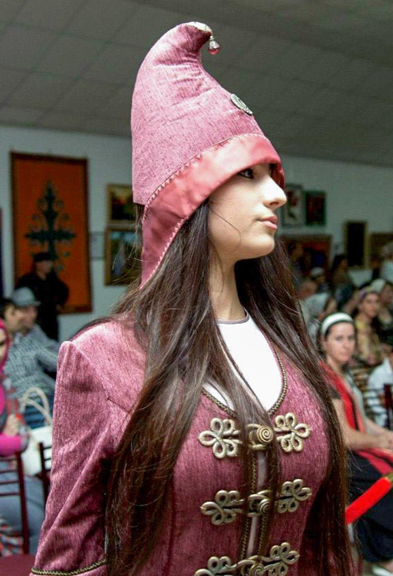 Der ursprüngliche nationale weibliche Kopfschmuck der Inguschen - kurkhars.