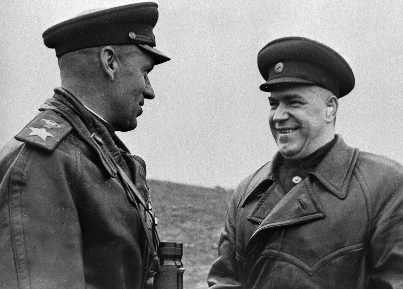 Kommandant des 1. Weißrussischen Frontmarschalls der Sowjetunion Konstantin Rokossowski (v.l.) und Vertreter des Hauptquartiers Marschall der Sowjetunion Georgi Schukow in Polen.