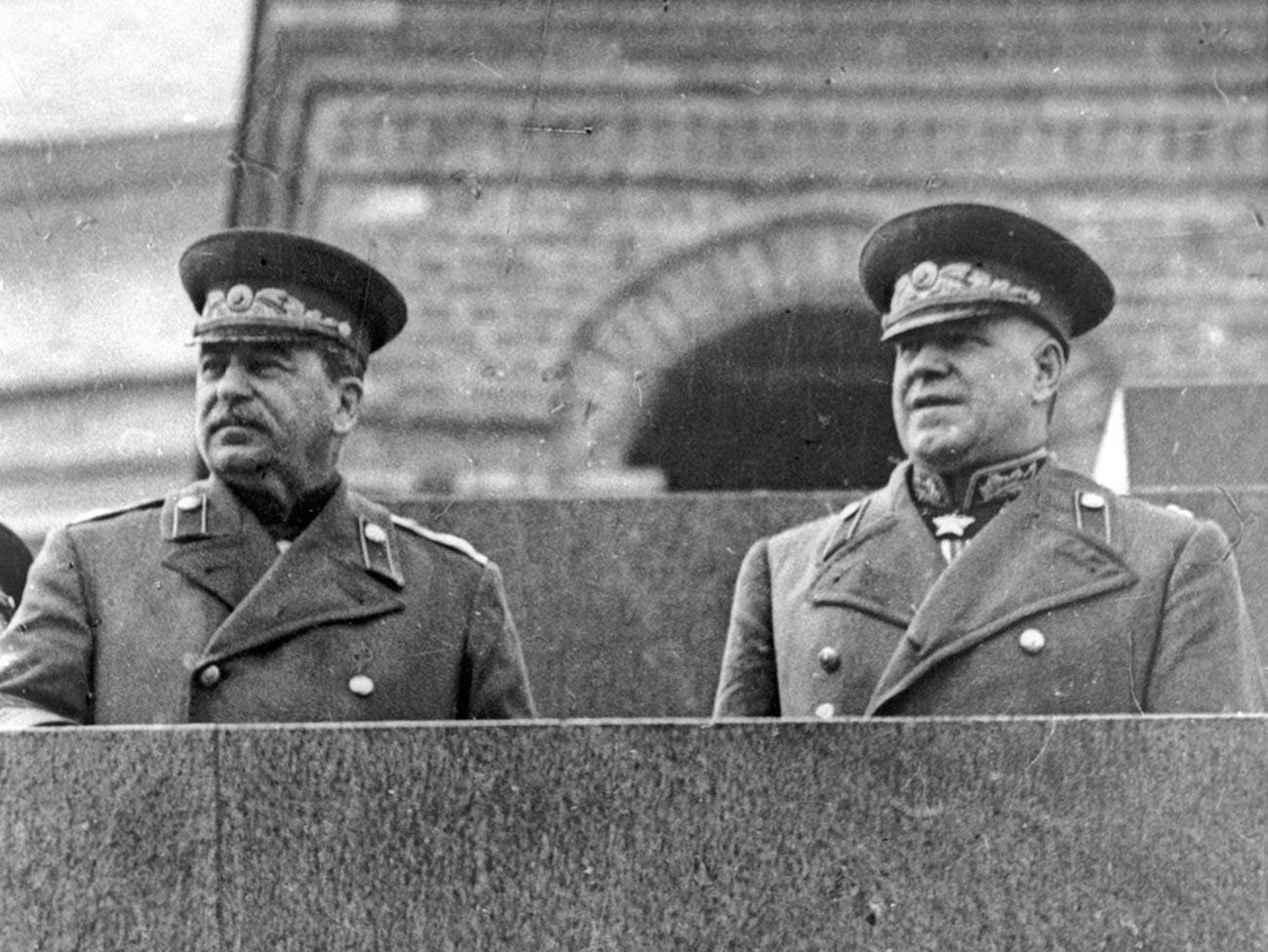 Josef Stalin und Georgi Schukow auf dem Podium des Mausoleums während einer Siegesparade.