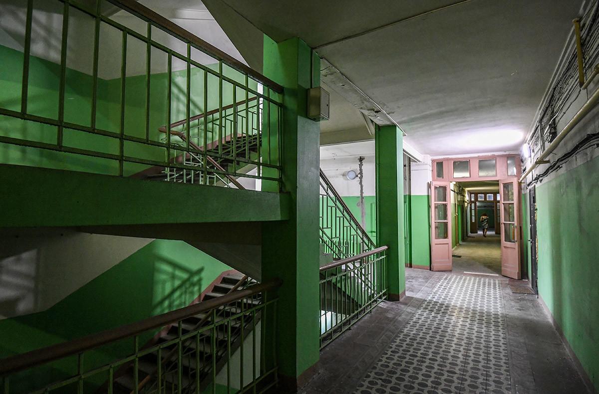 На улазу у објекат културног наслеђа. Лењински проспект 27. Зграда је подигнута 1940. по пројекту архитекти А. К. Бурова и Б. Н. Блохина и инжењера А. И. Кучерова и Г. Б. Карманова.