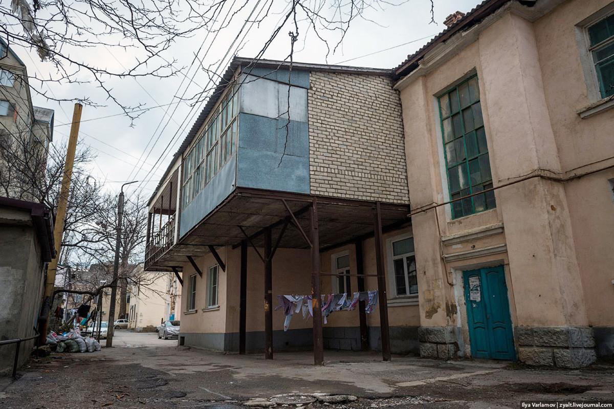 Dagestans Hauptstadt Machatschkala ist berühmt für ihre riesigen Balkone. Können Sie glauben, dass diese Häuser früher einfache sowjetische Plattenbauten waren? Jetzt sehen sie komplett aufgewertet aus.