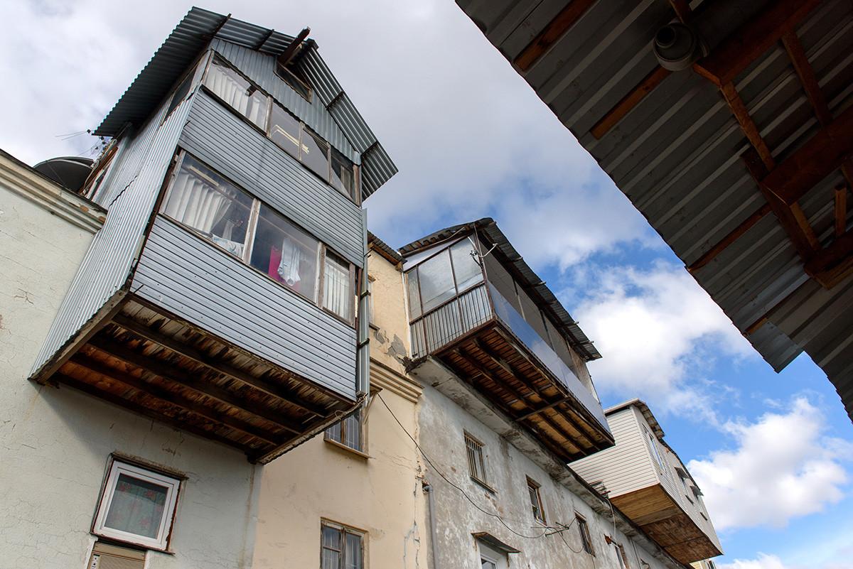 """Nicht weit von Sotschis Zentrum entfernt befindet sich ein ganzer Stadtteil namens """"Favela"""", der alle möglichen riesigen Balkonen beherbergt. Viele von ihnen werden daher auch als Übernachtungsmöglichkeit genutzt."""