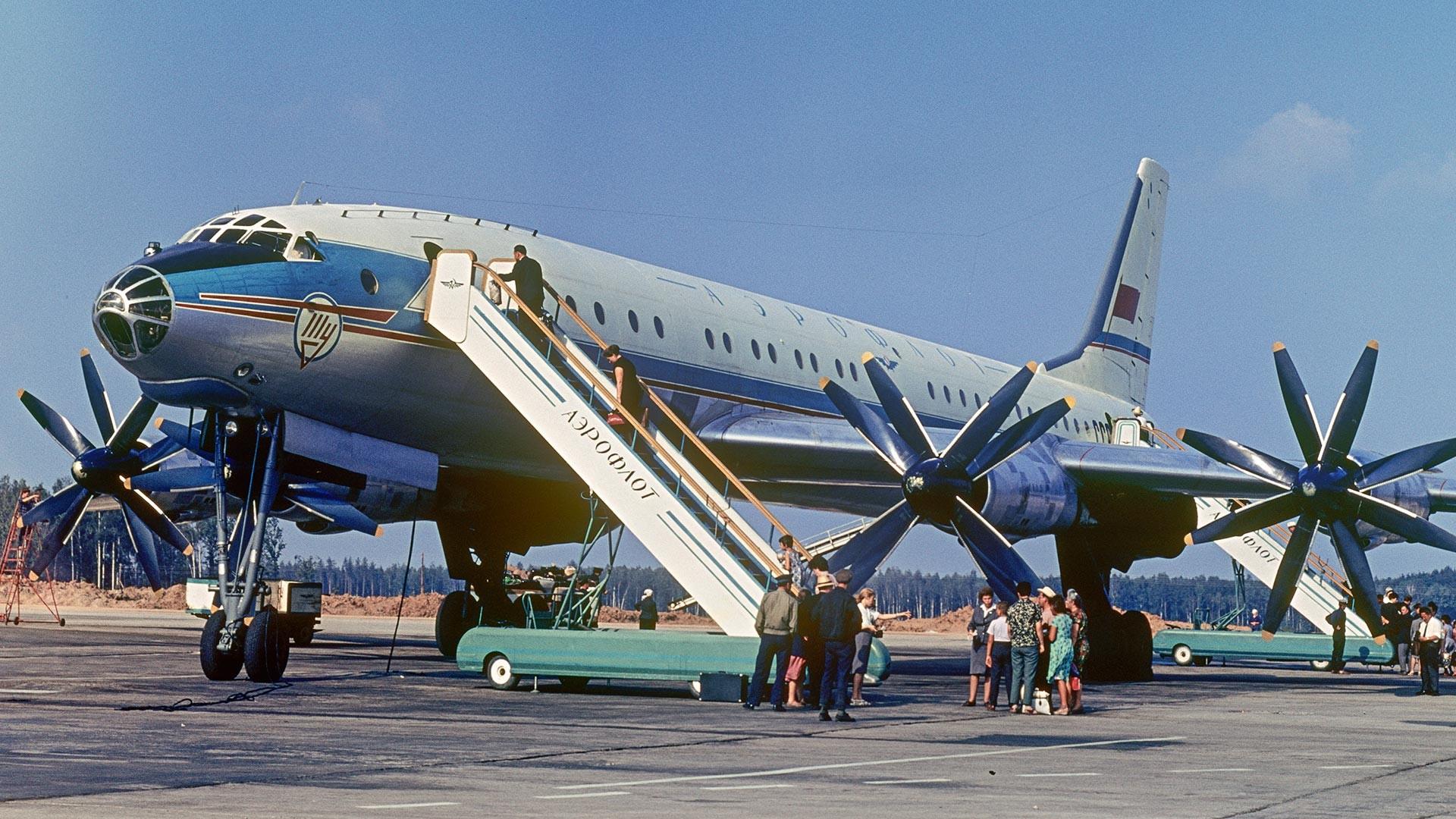Sowjetisches Passagierflugzeug Tu-114.