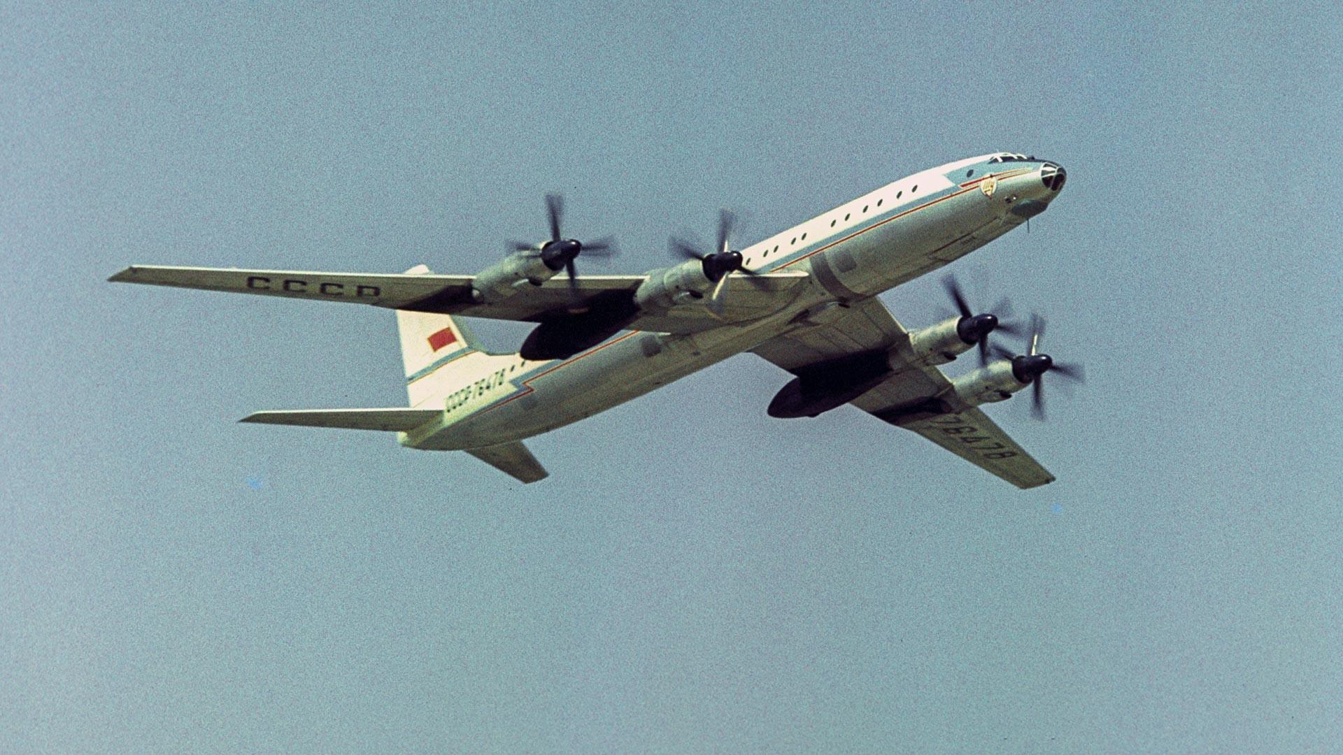 Flugurlaub am Flughafen Domodedowo, der dem 50. Jahrestag der Großen Oktoberrevolution gewidmet ist. Passagierflugzeug Tu-114.