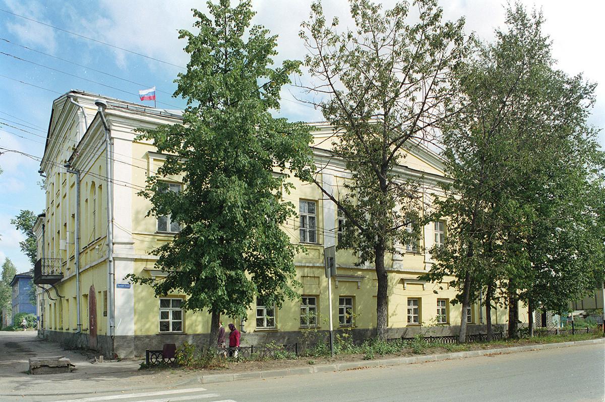 Manoir Kouznetsov (1787), à l'angle de la perspective Lénine et de la perspective Sovietski.  28 août 2006