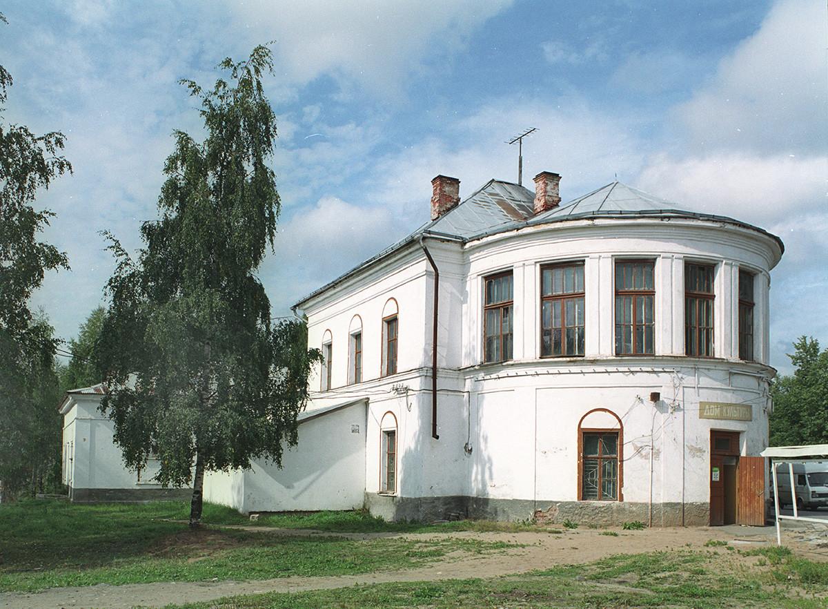 Maison de la culture (modifiée à partir de l'ancienne cathédrale de la Résurrection), 5а perspective Lénine. Vue sud-est avec l'abside semi-circulaire qui contenait l'autel principal. 28 août 2006