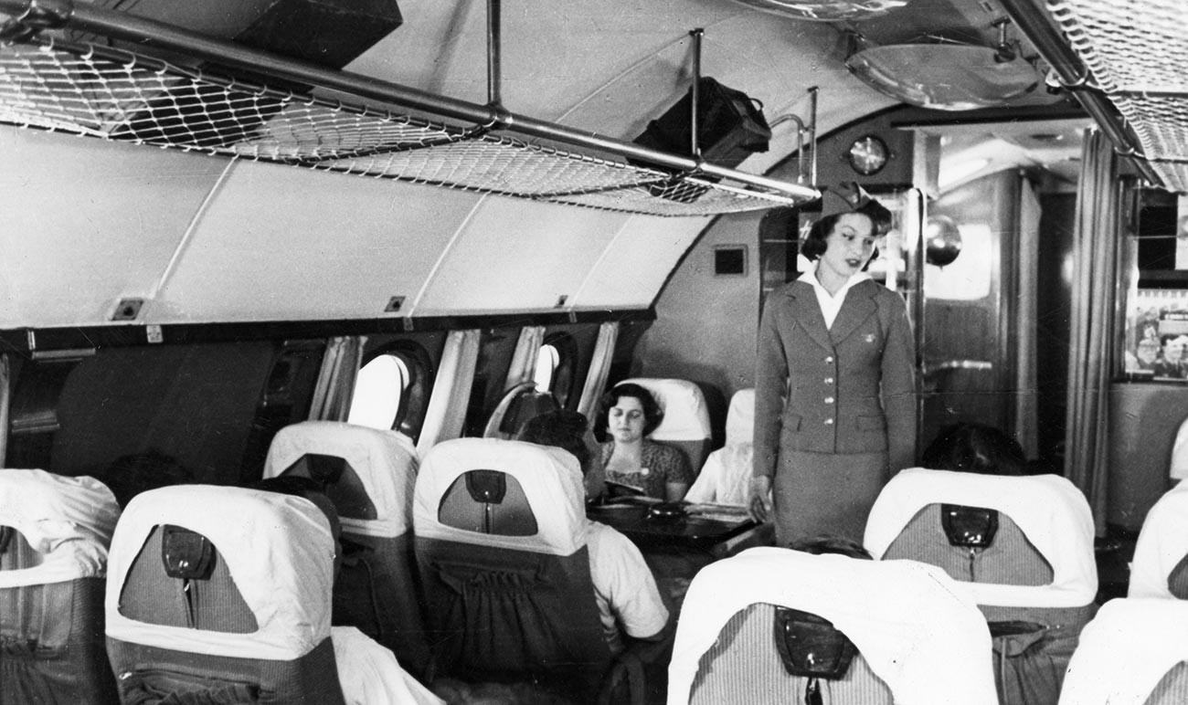 La azafata y los pasajeros a bordo de un avión de pasajeros Tu-114 (en aquel momento, el más grande del mundo), 1959.