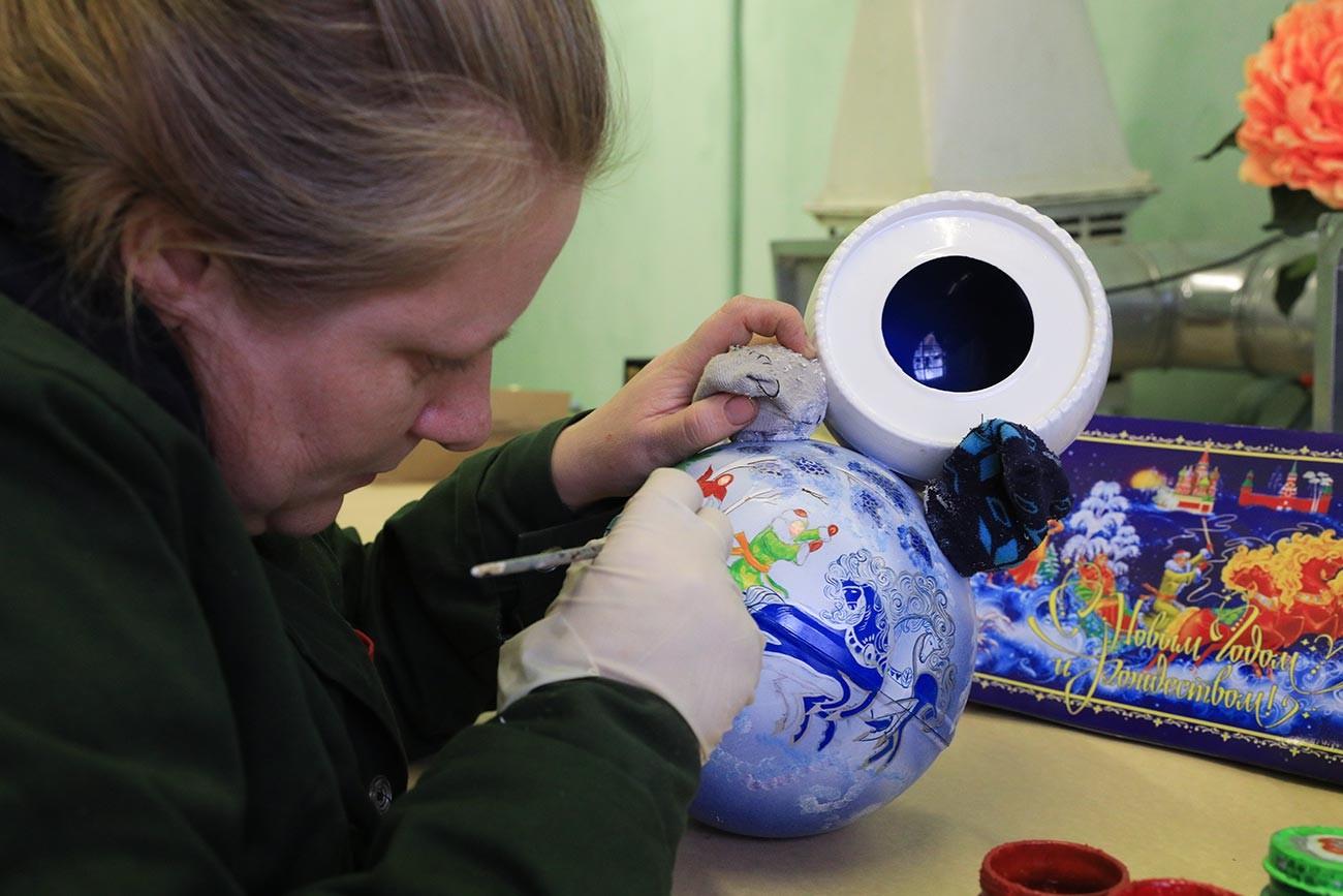 Herstellung von Stehaufmännchen in der Pulverfabrik in Kotowsk.