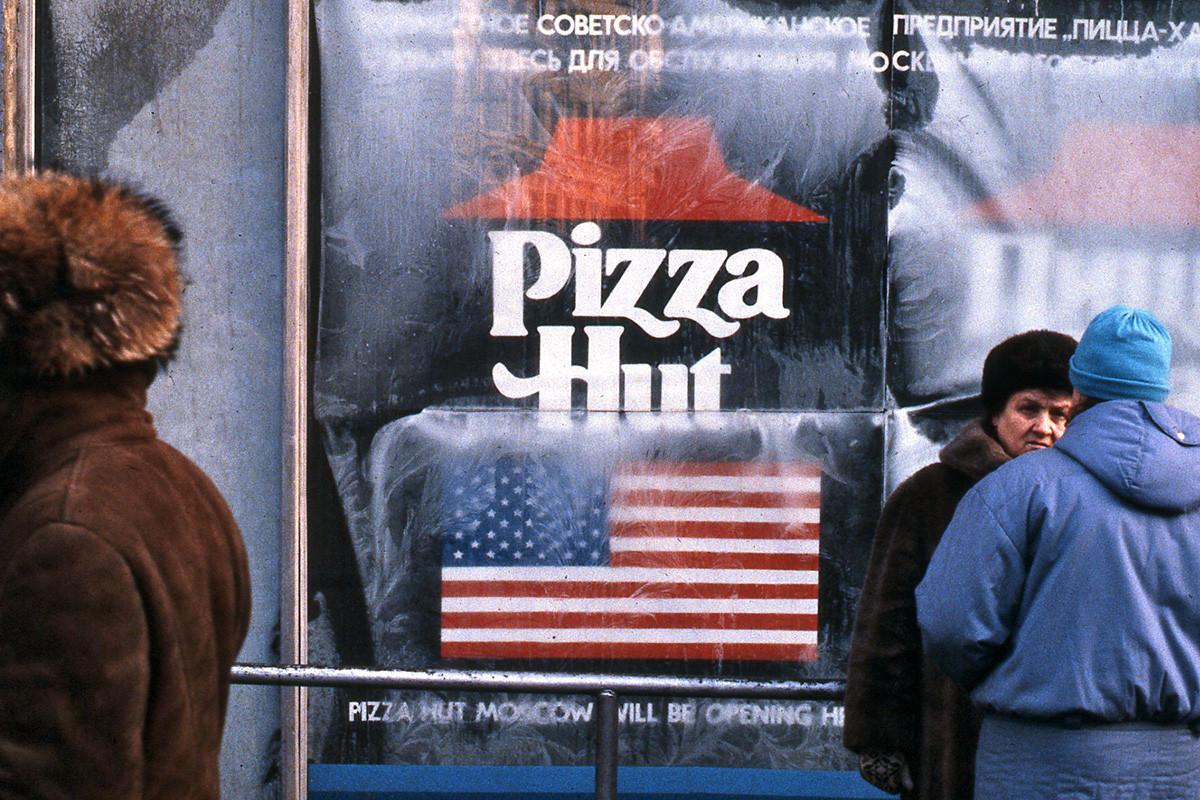 Pizza Hut kurz vor der Eröffnung in Moskau in 1990.