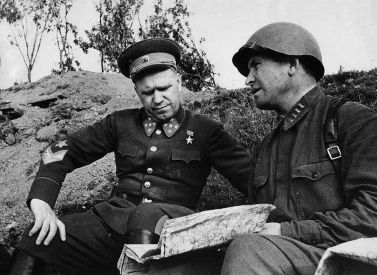 Командантот на Киевскиот воен округ генерал Георгиј Жуков и комесарот на дивизија Миронов.