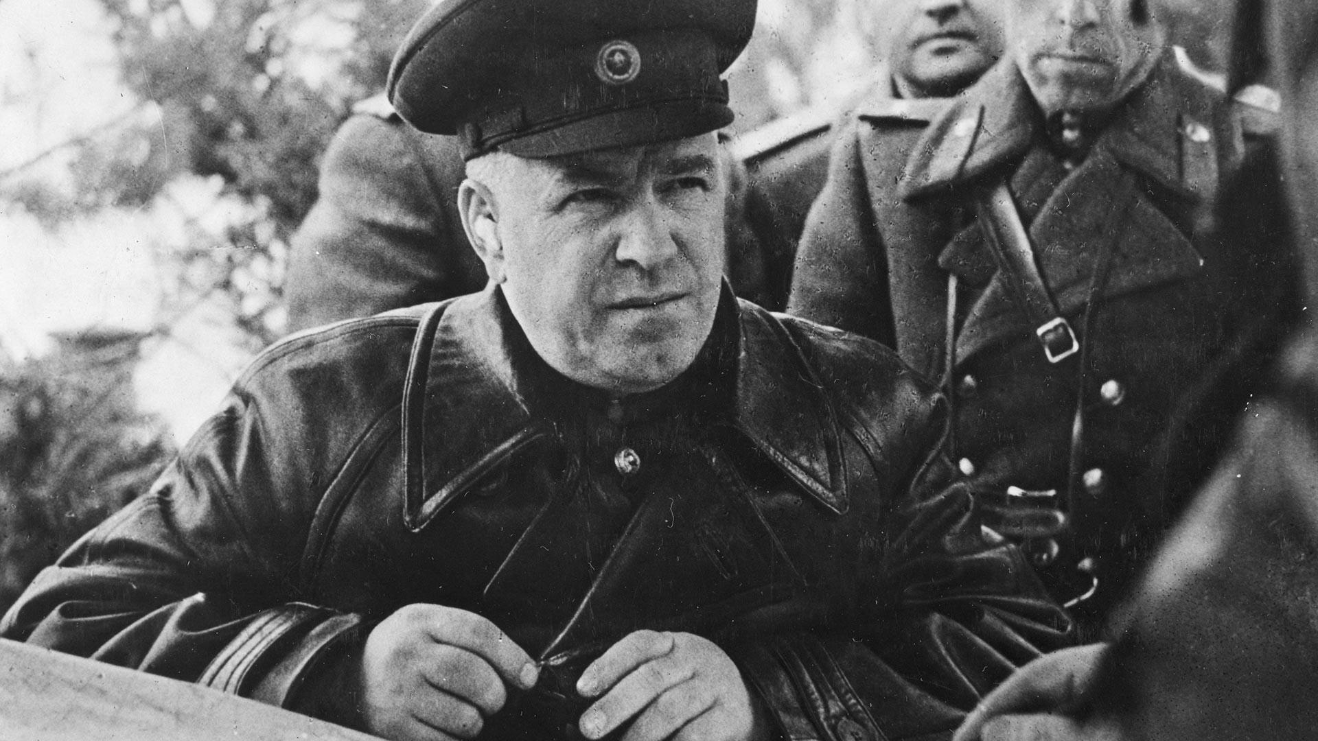 Маршалот Георгиј Константинович Жуков (1896-1974), командант на советските сили на Првиот белоруски фронт, на своето теренско командно место, Русија, почеток на 20 век.