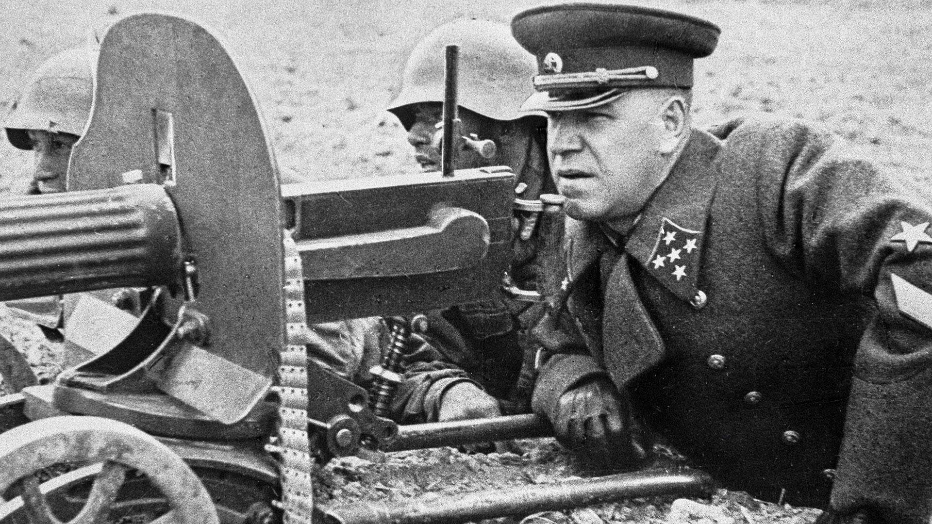 El general del ejército Gueorgui Zhúkov en los ejercicios de campo.