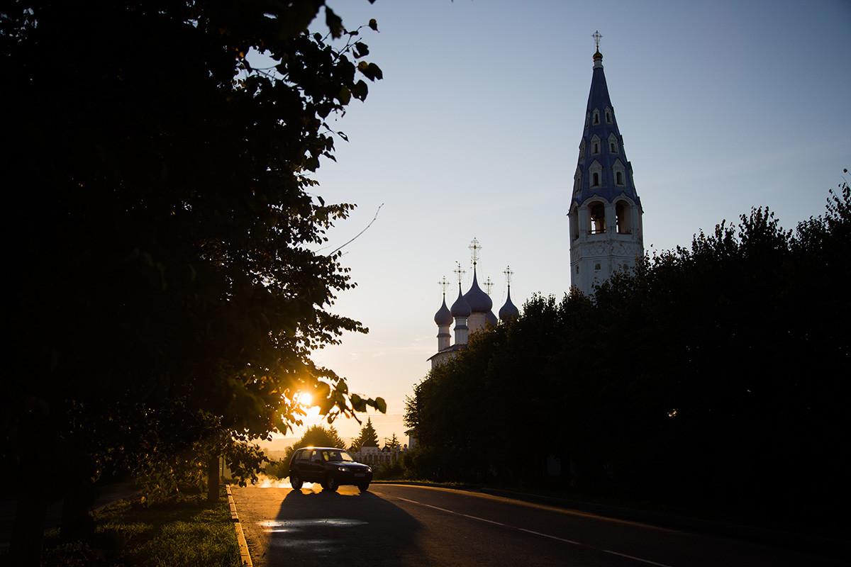 Вид на Крестовоздвиженскую церковь и центр Палеха.