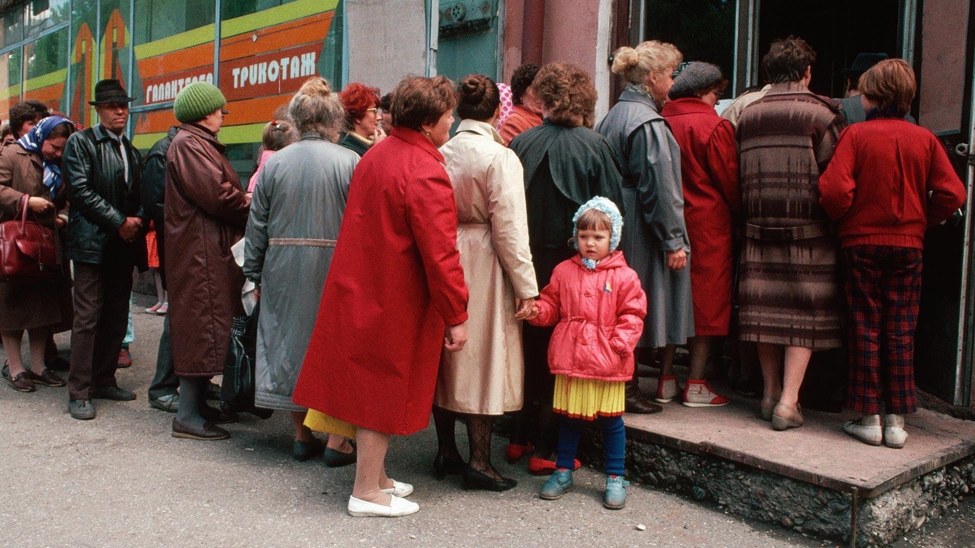 Siberianos enfileirados em frente a loja