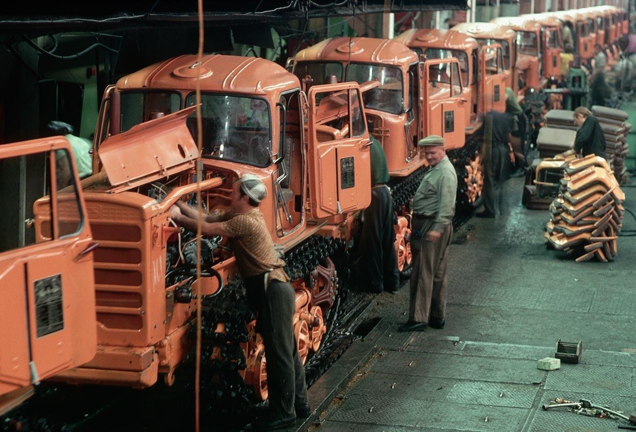 Operários em uma fábrica de tratores em Volgogrado