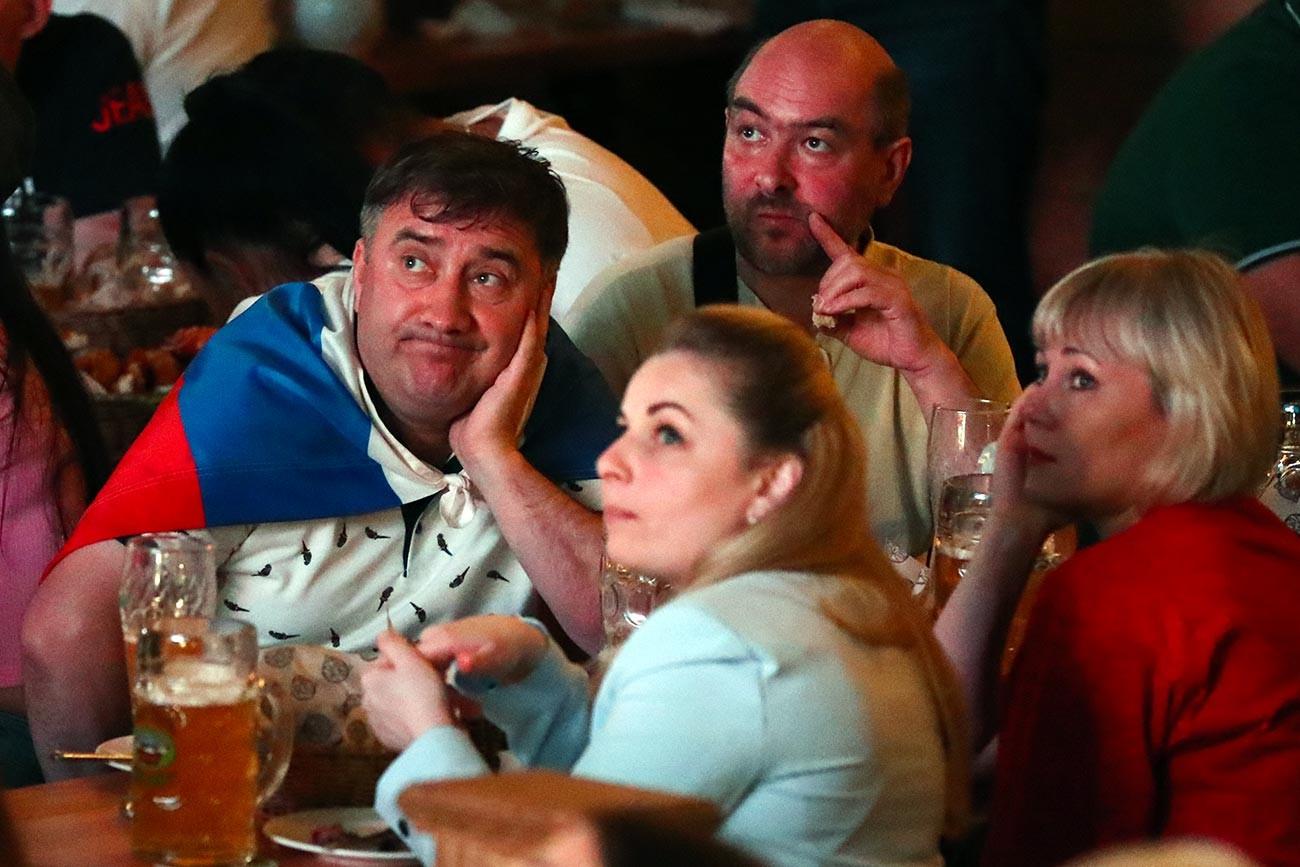 Фенове гледат мача от Европейското първенство по футбол между националните отбори на Белгия и Русия в един от градските ресторанти