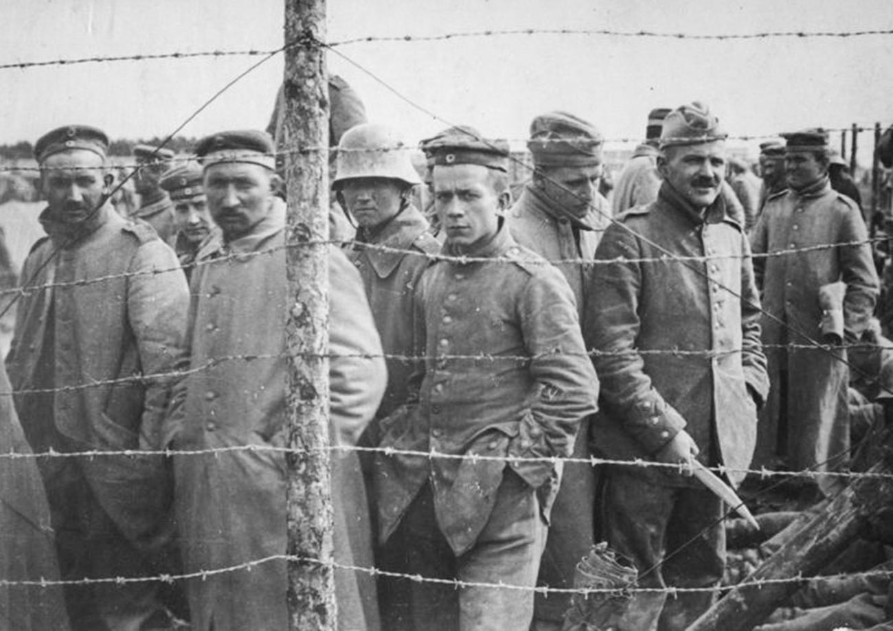Para prajurit Jerman yang menjadi tahanan perang Kekaisaran Rusia.