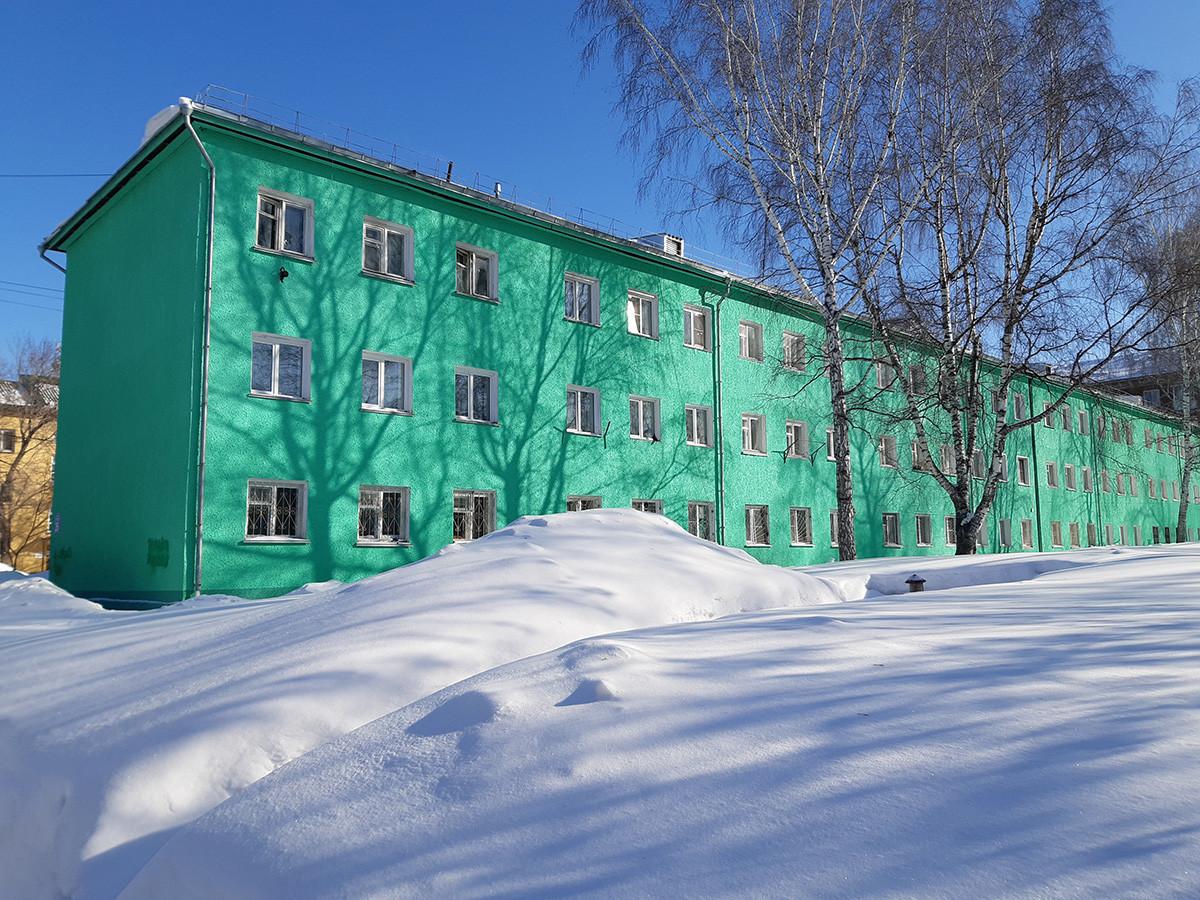 Seperti inilah tampilan rusun panel peninggalan Soviet di Novosibirsk.
