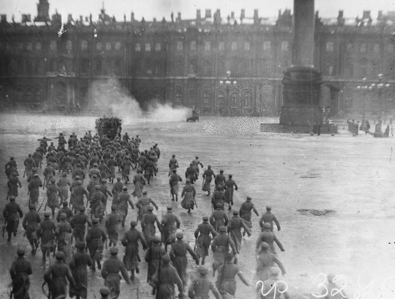 """Penyerbuan Istana Musim Dingin. Sebuah gambar dari film """"Oktober: Sepuluh Hari yang Mengguncang Dunia"""" oleh Sergei Eisenstein."""