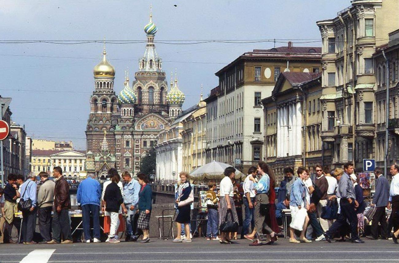 Pejalan kaki di depan Gereja Penyelamat Kami Menumpahkan Darah, 1993.