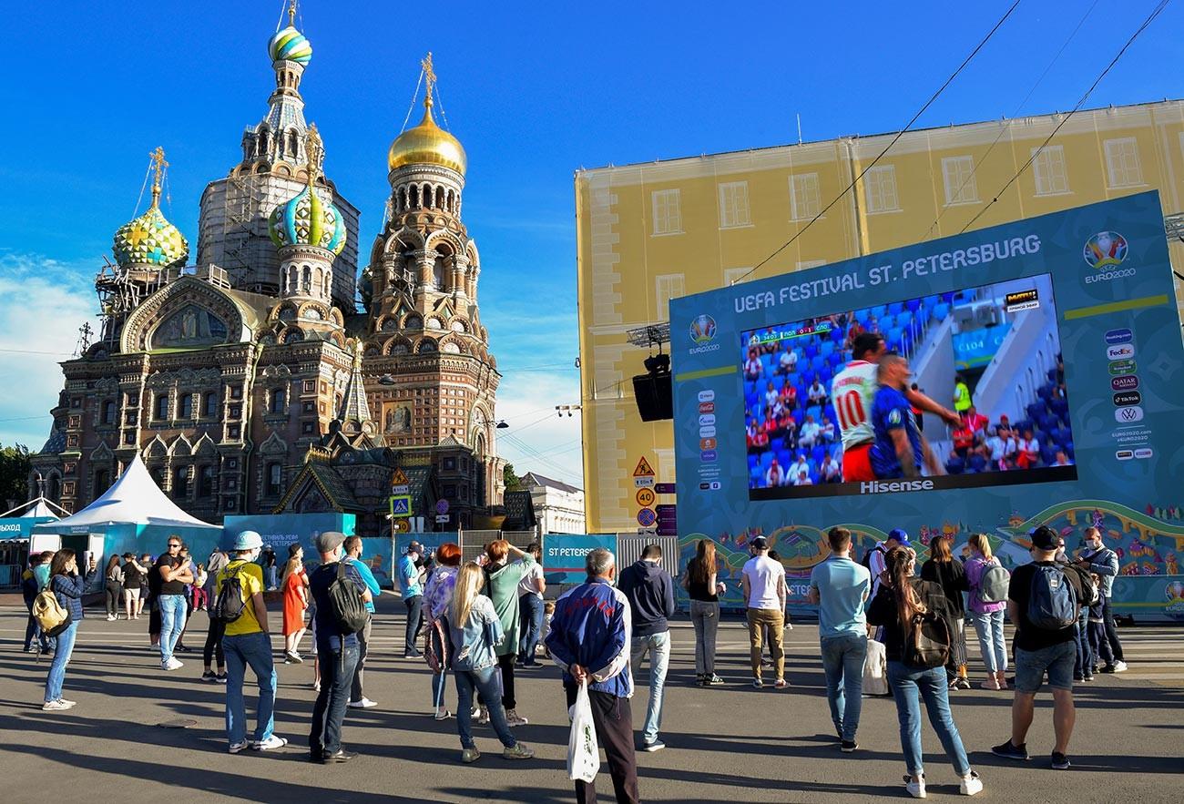 Layar yang menampilkan siaran pertandingan Polandia-Slovakia di zona penggemar Sankt Peterburg.