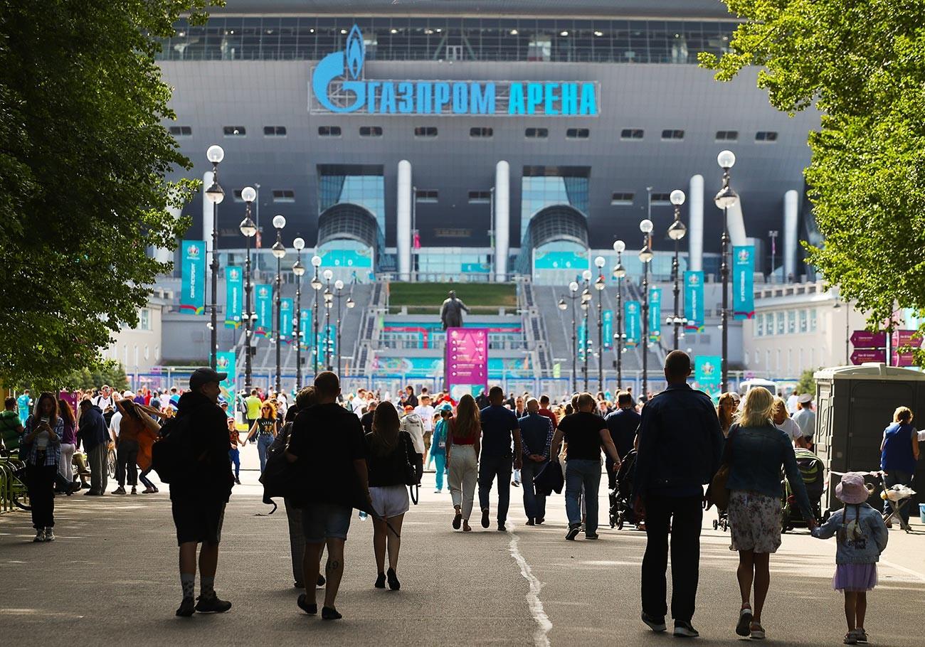 Para penggemar di stadion Gazprom Arena sebelum dimulainya pertandingan Kejuaraan Sepak Bola Eropa: Polandia-Slovakia.