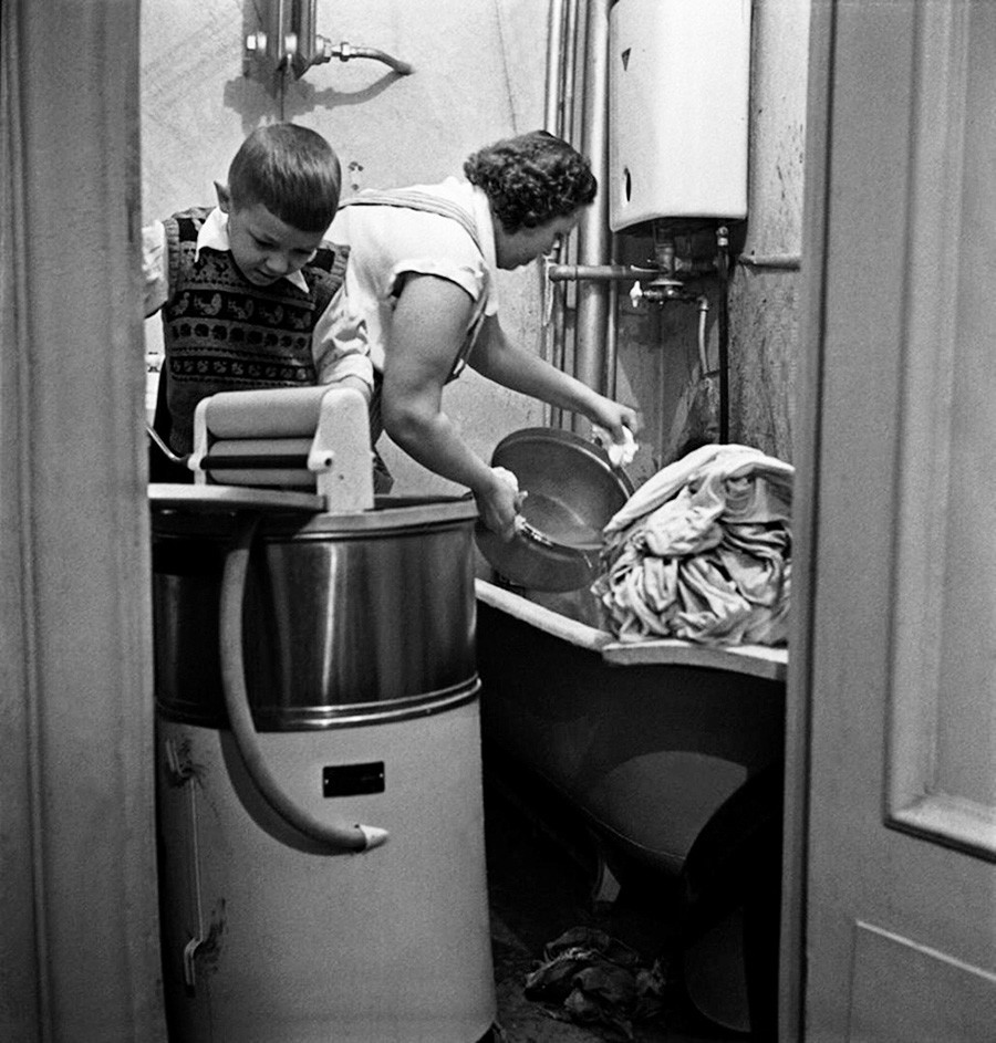 Один из первых образцов стиральной машины в квартире, 1958.