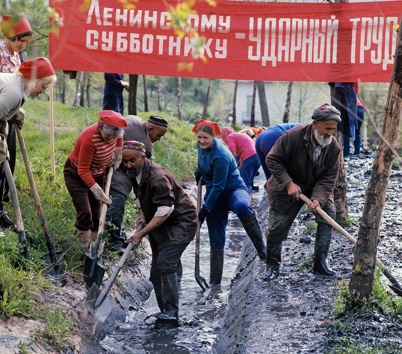 Penduduk kota melakukan subbotnik komunis Lenin.