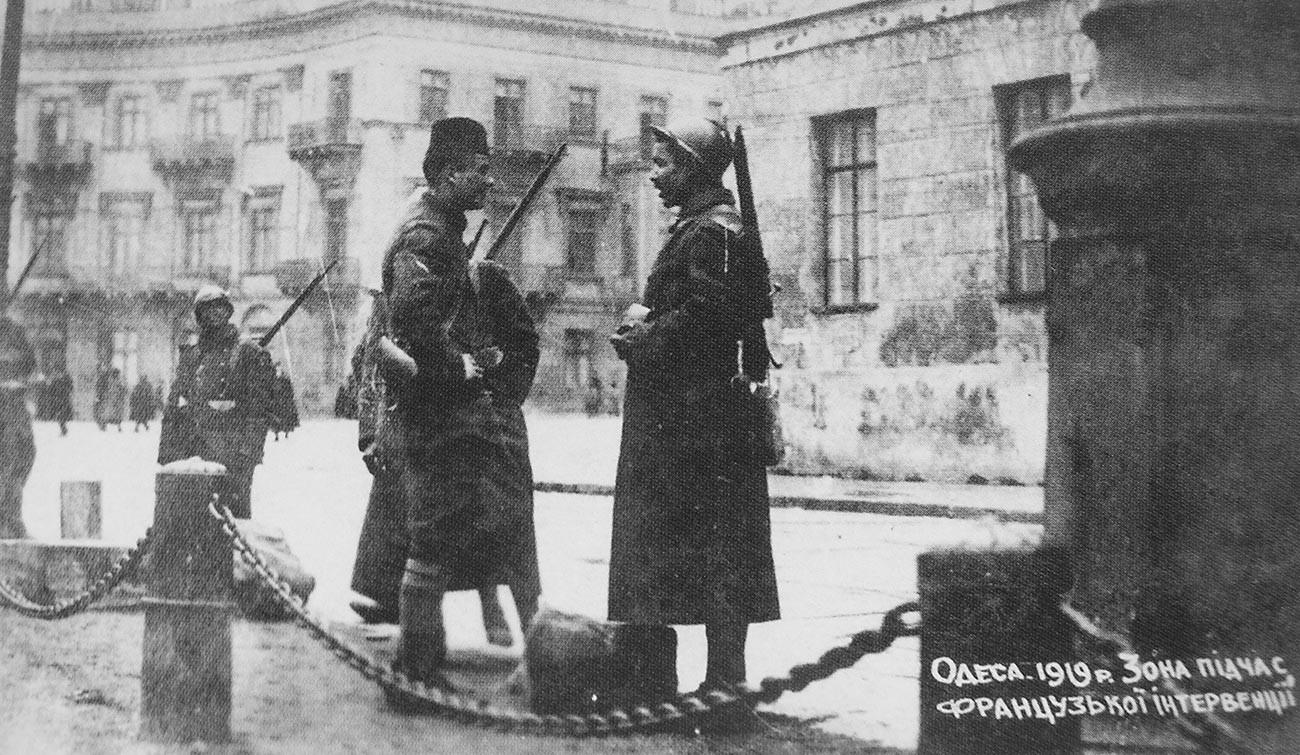 Французские патрули охраняют французскую зону Одессы, ограниченную портом и Николаевским бульваром. Зима 1918—1919 годов.