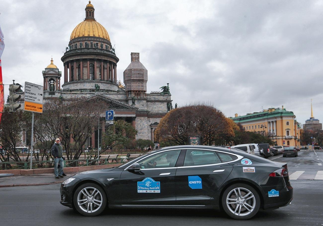 Tesla S auf dem Isaaksplatz beim Start einer Elektroauto-Rallye auf der Strecke St. Petersburg-Monte Carlo.