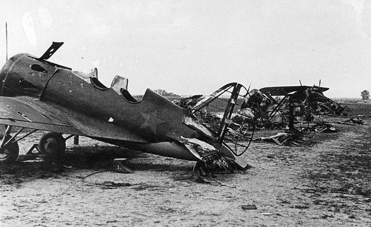 Avions soviétiques et allemands détruits au sol